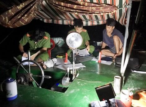 Bắt quả tang một tàu sắt khai thác cát trái phép trên sông Hàm Luông