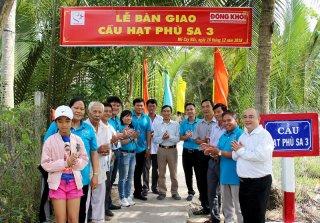 Báo Đồng Khởi - Hội từ thiện Hạt Phù Sa: Bàn giao cầu nông thôn tại Mỏ Cày Bắc