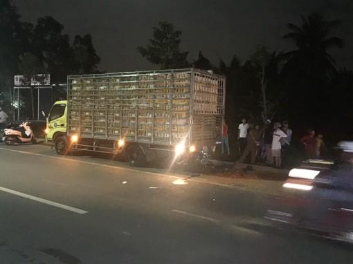 Mô tô chui gầm xe tải, 1 người tử vong
