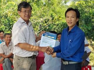 Trao chứng nhận VietGAP cho 35 nông dân sản xuất bưởi da xanh