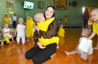 Hoa hậu Trái đất 2018 Nguyễn Phương Khánh thăm tặng quà tại Mái ấm Đức Quang