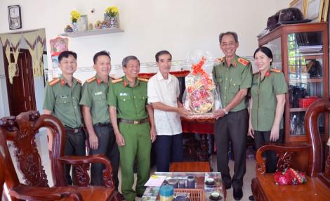 Thăm và tặng quà gia đình chính sách tại huyện Mỏ Cày Nam