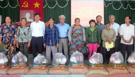 Trao nhà và tặng quà cho hộ nghèo