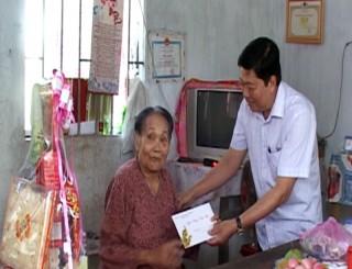 Lãnh đạo tỉnh thăm gia đình chính sách tại Thạnh Phú