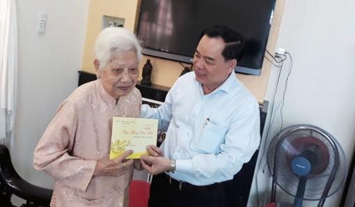 Thăm, chúc Tết các đảng viên nhận huy hiệu 70 năm tuổi Đảng