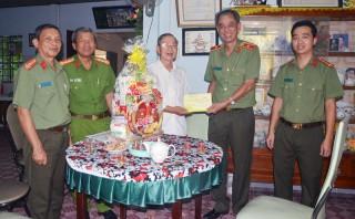 Giám đốc Công an tỉnh thăm và chúc Tết cán bộ Công an hưu trí
