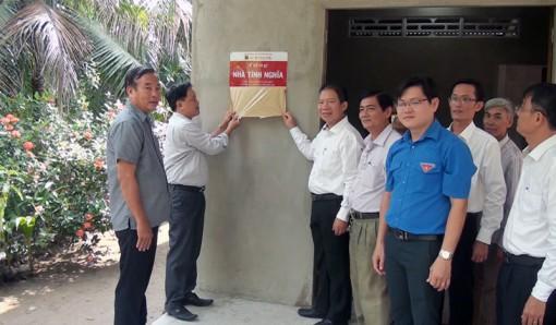 Ngân hàng Agribank Chi nhánh Bến Tre trao tặng nhà tình nghĩa tại huyện Mỏ Cày Nam