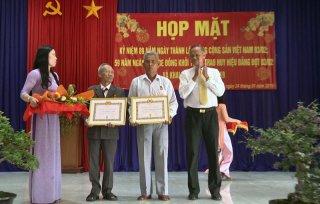 Lãnh đạo tỉnh  thăm gia đình chính sách, trao huy hiệu Đảng tại Chợ Lách
