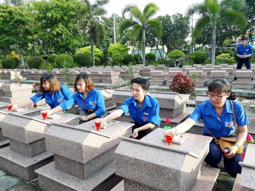 Tảo mộ ngày Tết