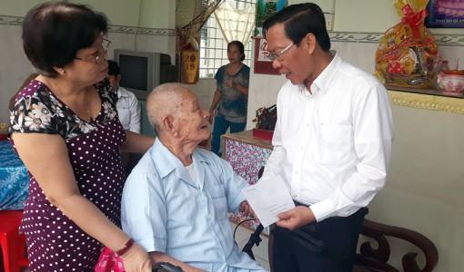 Phó bí thư Thường trực Tỉnh ủy Phan Văn Mãi thăm, chúc Tết các đồng chí được tặng Huy hiệu 70 năm tuổi Đảng
