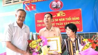 Chủ nhiệm Ủy ban Kiểm tra Tỉnh ủy Trần Thanh Vũ trao huy hiệu Đảng tại Chợ Lách