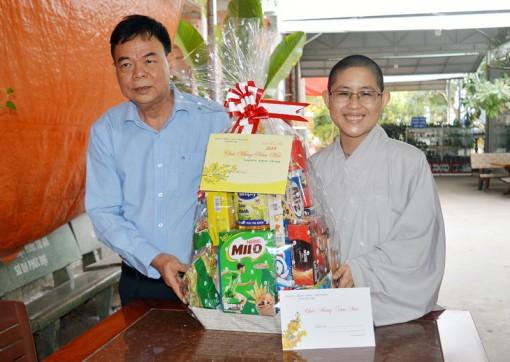 Bí thư Tỉnh ủy Võ Thành Hạo thăm tặng quà Tết trẻ em tại Mái ấm chùa Phật Minh và chùa Bửu Hưng huyện Châu Thành