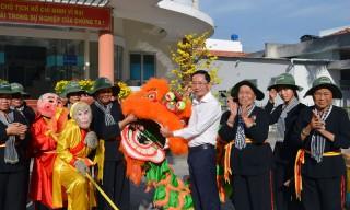 Sở Văn hóa, Thể thao và Du lịch tặng 2 đầu lân cho Đội lân nữ Lương Hòa