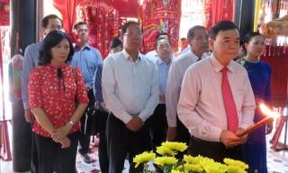 Lãnh đạo tỉnh viếng, thắp hương đền thờ Trung tướng Đồng Văn Cống và Nữ tướng Nguyễn Thị Định