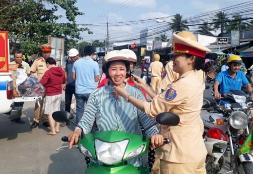 Cảnh sát giao thông tặng 300 nón bảo hiểm an toàn cho người dân