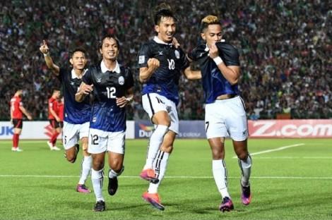 """Campuchia đánh bại Malaysia bằng siêu phẩm """"lá vàng rơi"""""""
