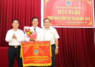 Tòa án nhân dân huyện Châu Thành nhận Cờ thi đua xuất sắc