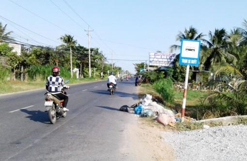 """""""Bãi rác"""" nằm ngay trạm xe buýt"""