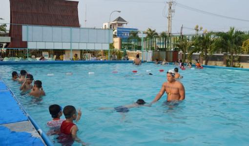 Dạy bơi miễn phí cho trẻ em xã bãi ngang