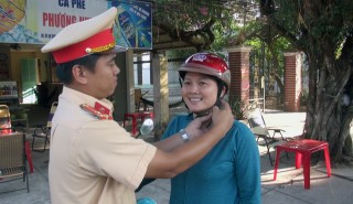 Cảnh sát giao thông tặng 150 mũ bảo hiểm cho người dân