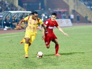 TP. HCM thắng Nam Định 2-0, giữ  ngôi đầu bảng