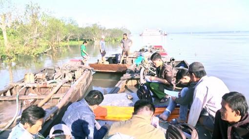 Bắt quả tang 5 đối tượng khai thác cát trái phép trên sông Hàm Luông