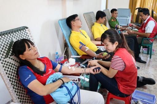 Gần 220 cán bộ, nhân viên ngành ngân hàng tham gia hiến máu