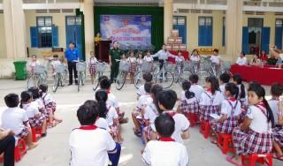 Phòng Chính trị Bộ Chỉ huy Quân sự tỉnh tiếp sức đến trường