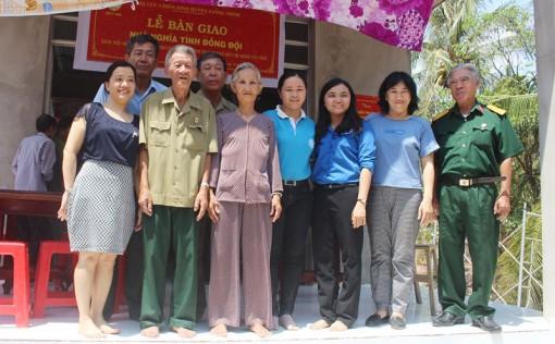 Bàn giao căn nhà Nghĩa tình đồng đội cho ông Nguyễn Văn Đúa