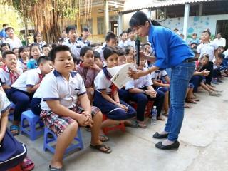 Chi đoàn Báo Đồng Khởi tặng sách cho thiếu nhi
