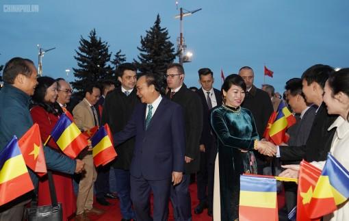 Thủ tướng đến Bucharest, bắt đầu thăm chính thức Romania