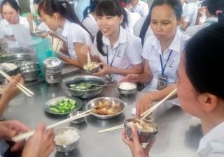 Công ty TNHH May xuất khẩu Việt Hồng: Quan tâm bữa ăn giữa ca cho công nhân lao động