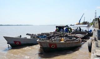 Bắt quả tang 2 tàu sắt khai thác cát sông trái phép