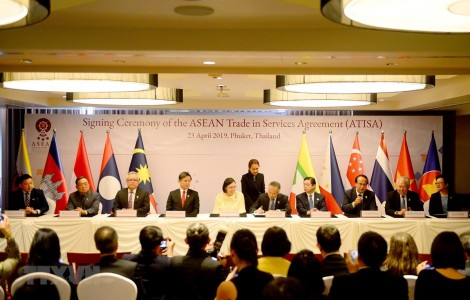 Các Bộ trưởng Kinh tế ASEAN ký kết hai văn kiện về ATISA và ACIA