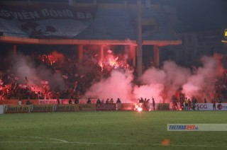 """Hà Nội FC bị """"treo sân"""" Hàng Đẫy vì để cổ động viên Hải Phòng đốt pháo sáng"""