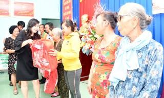 Hội Nữ doanh nhân tỉnh trao quà cho gia đình chính sách