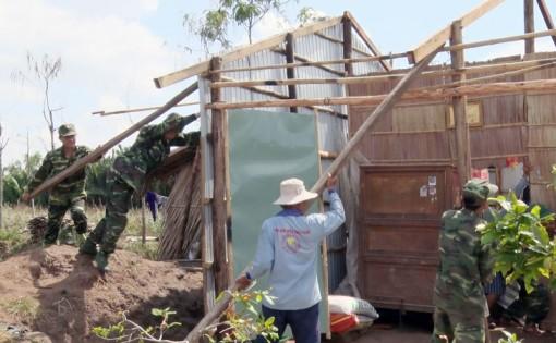 Lốc xoáy làm sập nhà dân ở Ba Tri