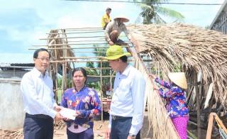 Lãnh đạo huyện Thạnh Phú thăm các hộ nhà bị sập và tốc mái nặng do mưa dông