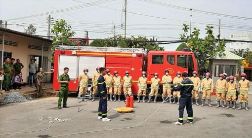 Tập huấn và bàn giao phương tiện phòng cháy chữa cháy cho lực lượng dân phòng