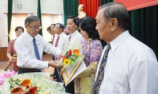 Đảng ủy Khối các Cơ quan tỉnh trao tặng huy hiệu Đảng đợt 19-5