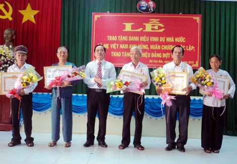Mỏ Cày Bắc trao huy hiệu Đảng đợt 19-5 cho 40 đảng viên