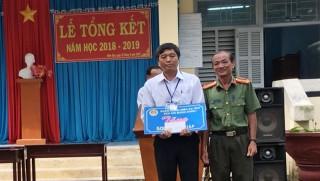 Trao tặng học bổng cho học sinh nghèo hiếu học