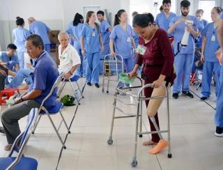 Khám cho trên 800 bệnh nhân xương khớp và lắp ráp trên 380 chân, tay giả miễn phí