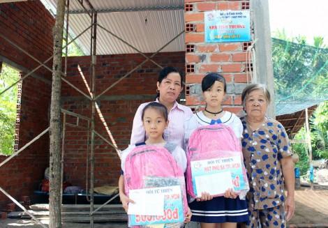Trao tiền hỗ trợ cho hộ nghèo