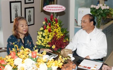 Thủ tướng thăm, chúc mừng các nhà báo lão thành tại TP. Hồ Chí Minh