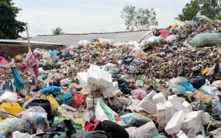 Bãi rác gần chợ Ba Vát gây ô nhiễm môi trường