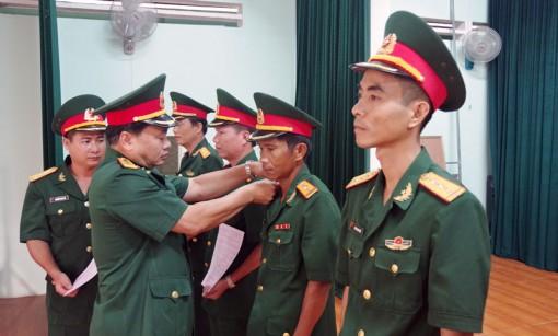 91 quân nhân chuyên nghiệp nhận quân hàm và nâng lương