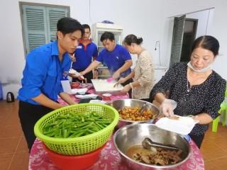 Quán cơm Nhân Thiện 2000 hỗ trợ suất ăn miễn phí cho thí sinh