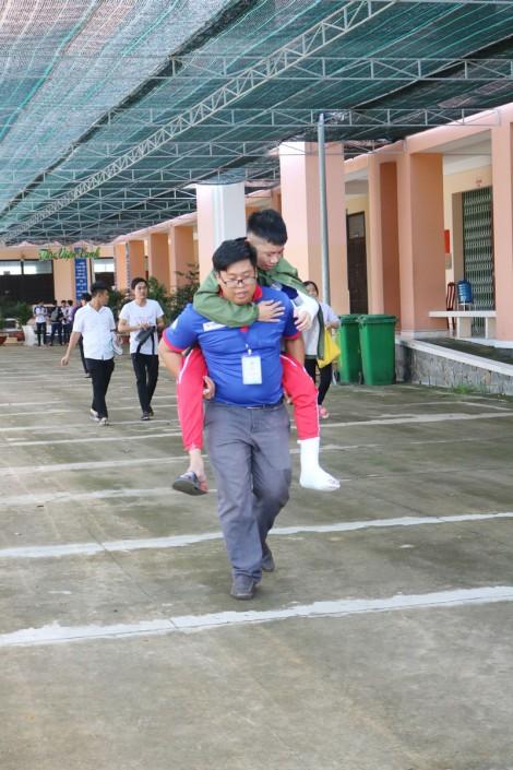 Đến phòng thi nhờ sự tiếp sức của đội hình tình nguyện