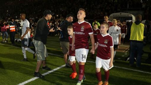 Lý do các cầu thủ luôn bước ra sân cùng với trẻ em